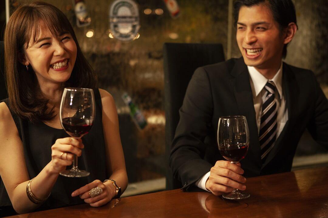 「お酒」を飲みながら出会える場所とは?おすすめのタイミングや人も紹介